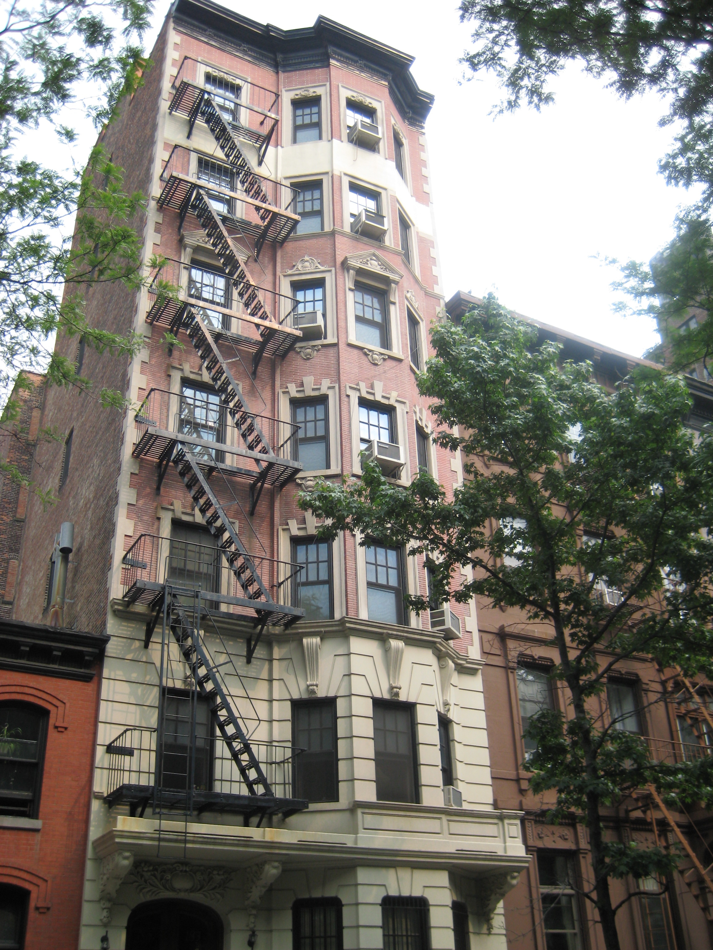 "Brooklyn's ""most aristocratic apartment house"" 